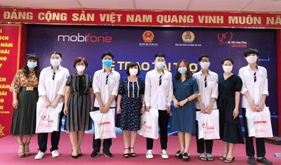 Học sinh THPT Hoàng Cầu đón nhận tài khoản học tập từ Tổng công ty Mobifone và Báo lao động